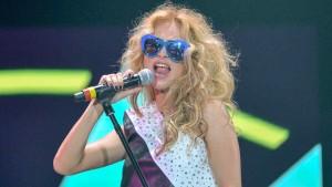 La Cantante de Pop Paulina Rubio cae en el escenario